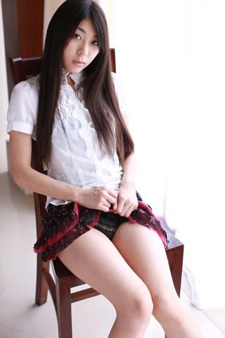 ミニスカート姿の泉明日香さん